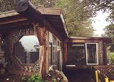 Американская парочка построила шикарный дом в горах, из самого обычного мусора