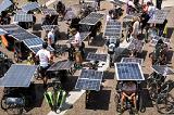 Сорок два велосипедиста путешествуют в Китай из Европы на велосипедах, оснащенных солнечными панелями