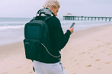 Уникальные шесть рюкзаков, с которыми можно легко заряжать гаджеты