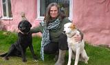 Фермер Кассандра Лишман построила свой розовый экодом за 10 000 фунтов стерлингов