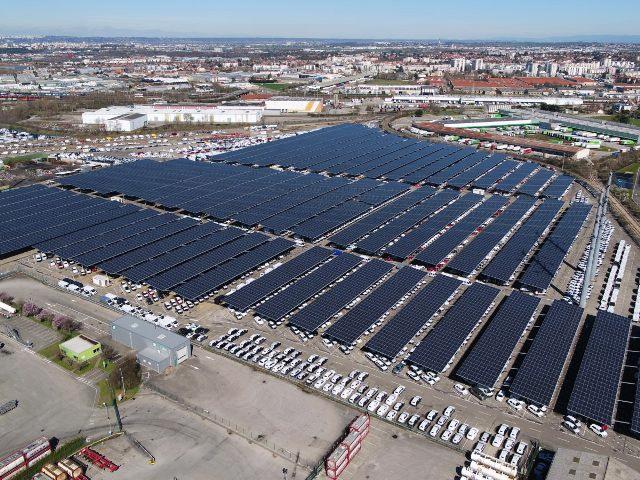 солнечные панели над парковками